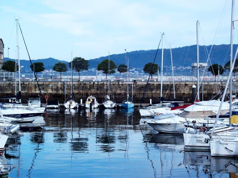 Bateaux dans le port de Vigo, Galicie photographie stock