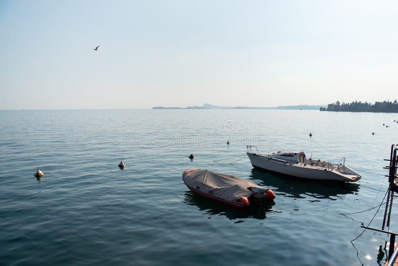 Bateaux dans les eaux du lac de Garde, Italie image libre de droits