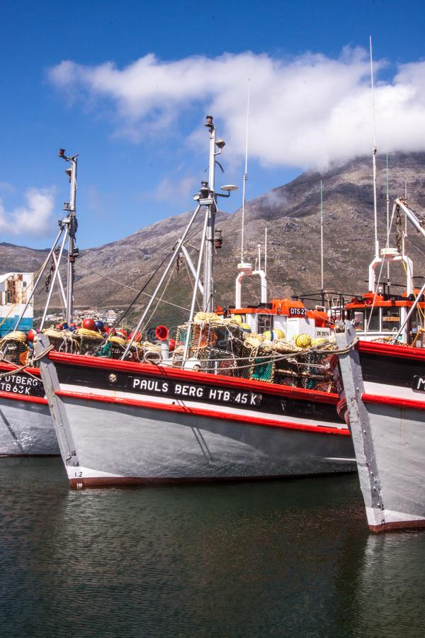 Bateaux dans une baie près de Cape Town, Afrique du Sud photo stock