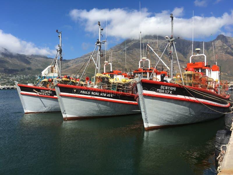 Bateaux dans une baie près de Cape Town, Afrique du Sud photos stock