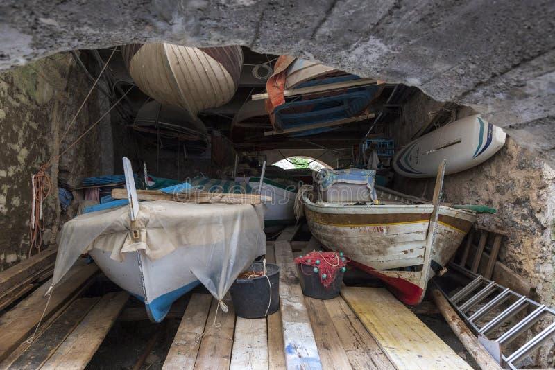 Bateaux dans une cave au monast?re de San Fruttoso, Italie images libres de droits