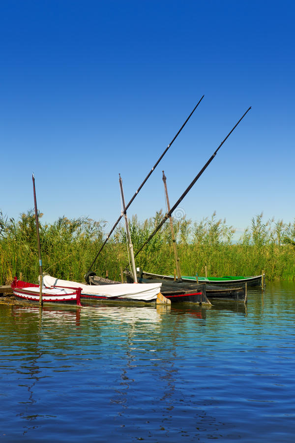 Bateaux de canal d'Albufera en EL palmaire de Valence photographie stock