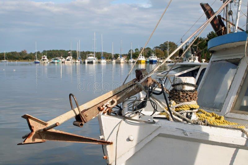 Bateaux de crevette au dock photographie stock libre de droits