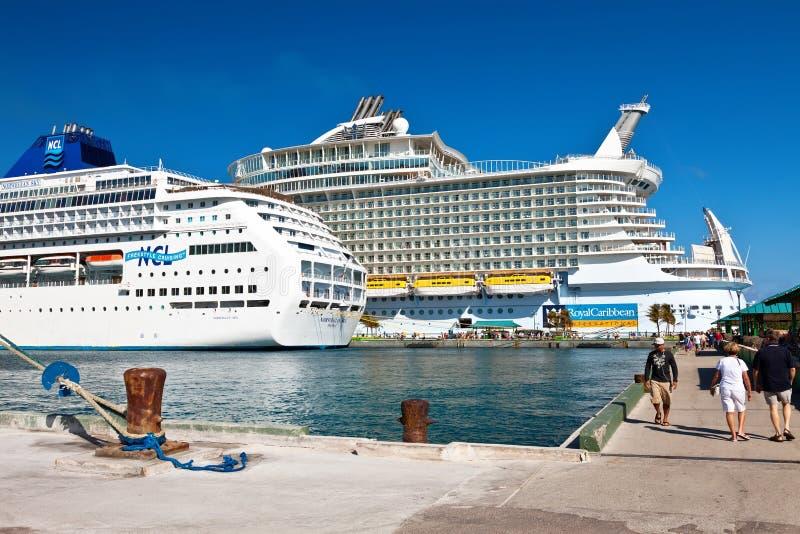 Bateaux de croisière à Nassau, Bahamas photographie stock libre de droits