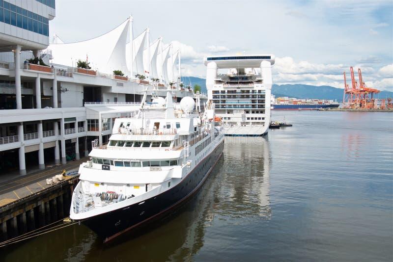 Bateaux de croisière accouplés à Vancouver image libre de droits