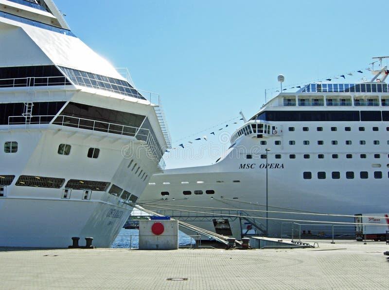 Bateaux de croisière Costa Magica et opéra de MSC à Kiel (Allemagne) photo libre de droits