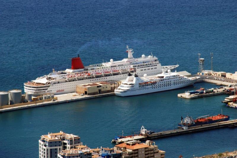 Bateaux de croisière dans le port du Gibraltar image stock