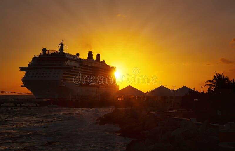 Bateaux de croisière dans le port sur le coucher du soleil photographie stock libre de droits