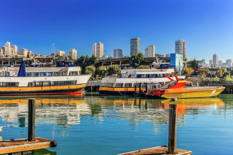 Bateaux de croisière dans le secteur de baie image libre de droits