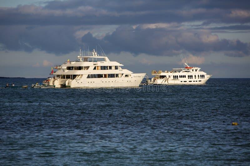Bateaux de croisière de coucher du soleil et dans des îles de Galapagos images libres de droits