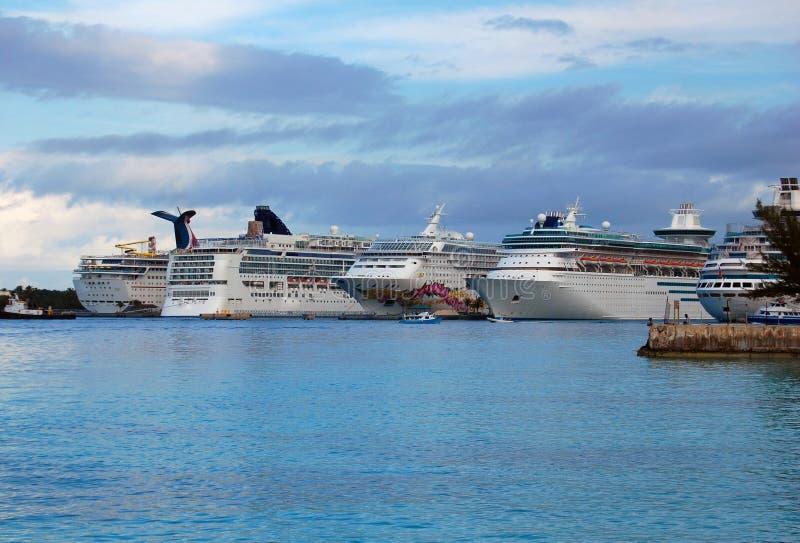 Bateaux de croisière des Bahamas au port image stock