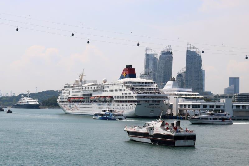 Bateaux de croisière et funiculaire, port de Singapour image libre de droits