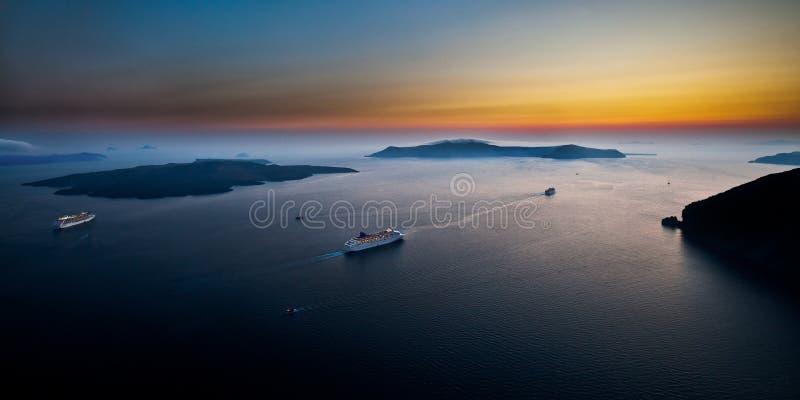 Bateaux de croisière parmi le paysage marin scénique de Cyclades photographie stock