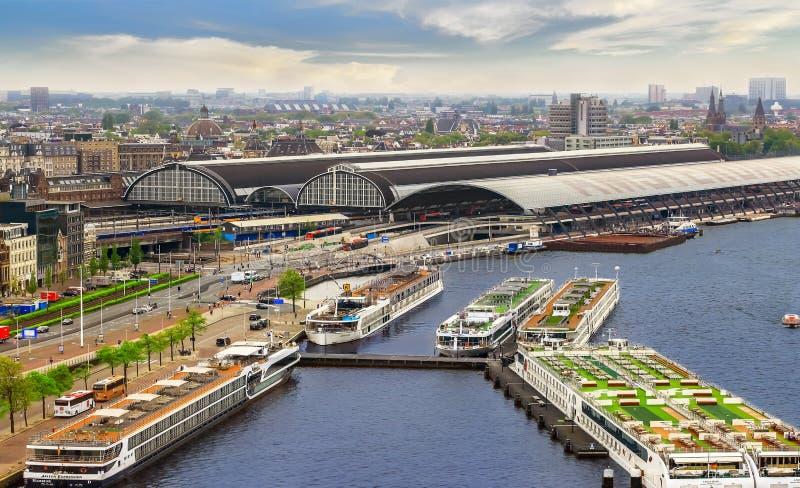 Bateaux de croisière de rivière à Amsterdam images libres de droits