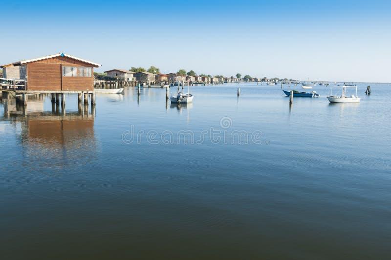 Bateaux de culture de moule, à la lagune de Scardovari, Po& x27 ; delta de rivière, photos libres de droits