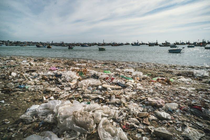 Bateaux de déchets et de panier sur la plage Mauvaise situation environnementale près de la mer au Vietnam Mui Ne photographie stock libre de droits