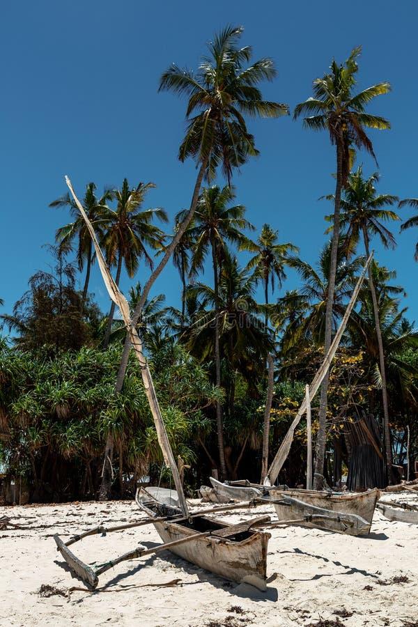 Bateaux de dhow traditionnels africains sur la plage photo stock