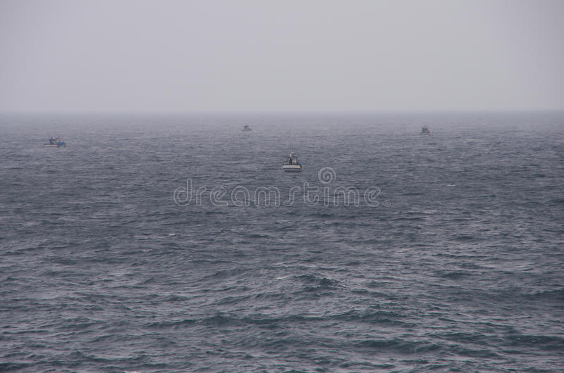 Bateaux de Fisher dans le brouillard de début de la matinée image stock