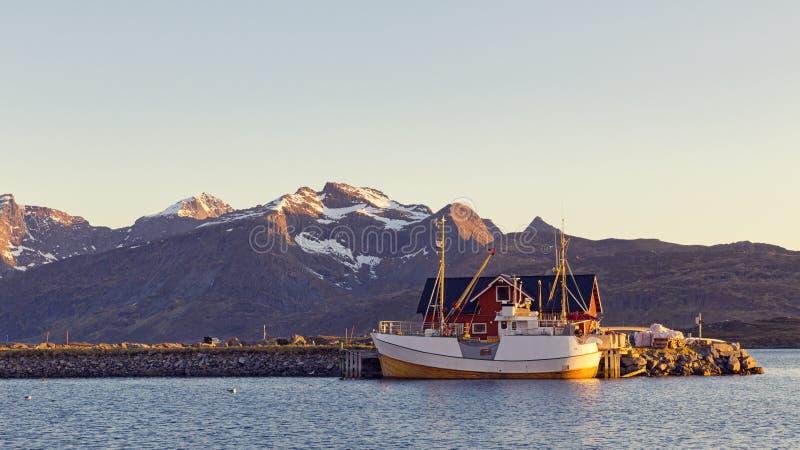 Bateaux de Fshing dans le port au soleil de minuit en Norvège du nord, Lofot photos stock