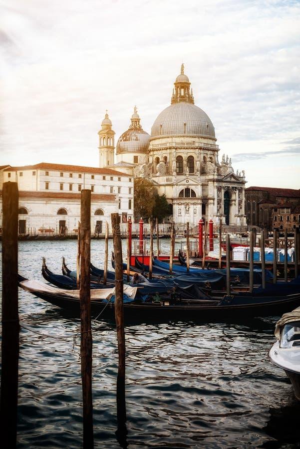 Bateaux de gondole ? Venise - en Italie photo stock