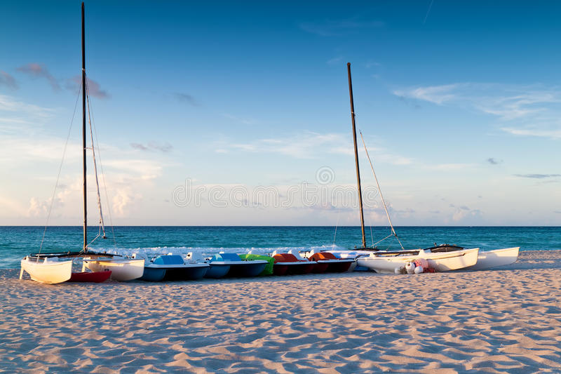 Bateaux de location récréationnels dans une plage tropicale photographie stock