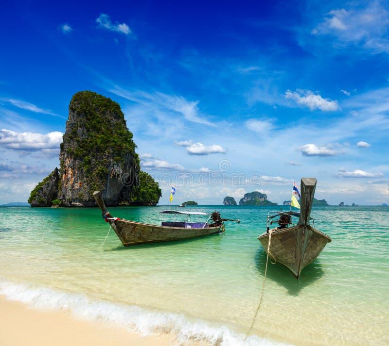 Bateaux de long arrière sur la plage, Thaïlande photo stock