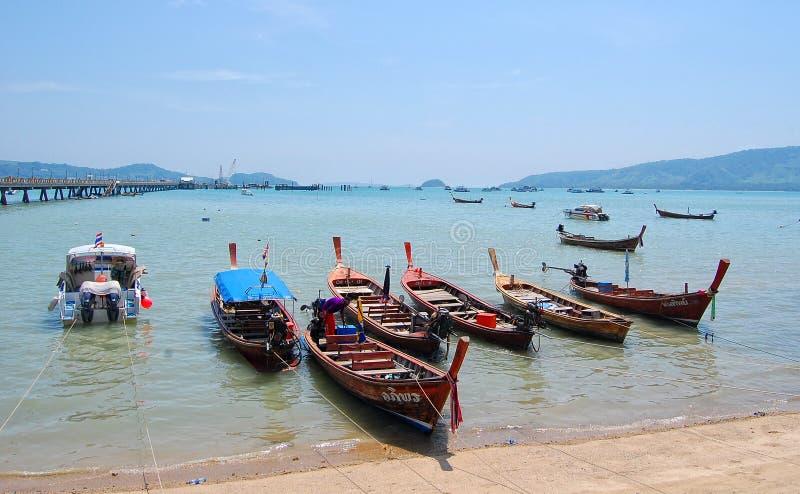 bateaux de Long-queue s'accouplant au port de Chalong à Phuket, Thaïlande photo libre de droits