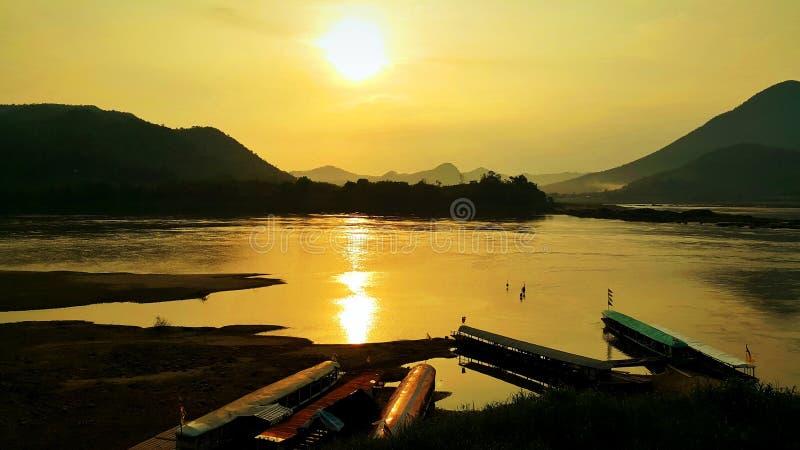 Bateaux de longue queue au port dans le Mekong pendant le coucher du soleil d'or photos libres de droits