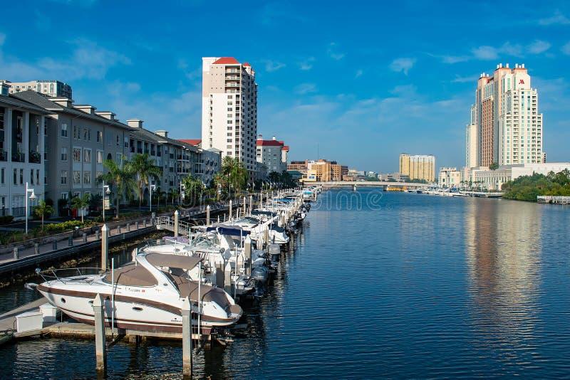 Bateaux de luxe dans le quai d'île de port sur le fond bleu-clair 3 de ciel image stock