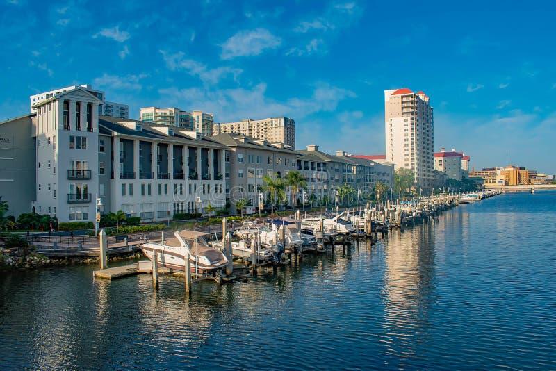 Bateaux de luxe dans le quai d'île de port sur le fond bleu-clair 4 de ciel photos stock