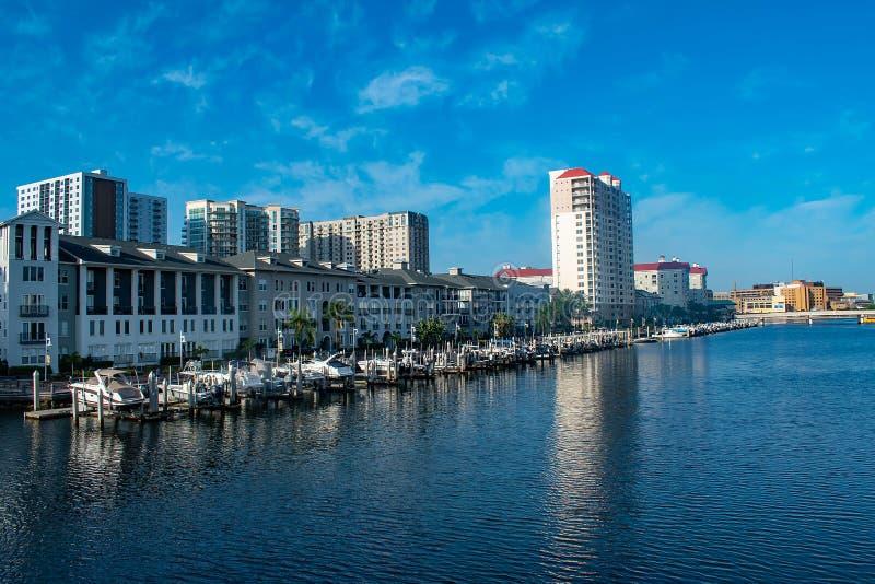 Bateaux de luxe dans le quai d'île de port sur le fond bleu-clair 4 de ciel images stock
