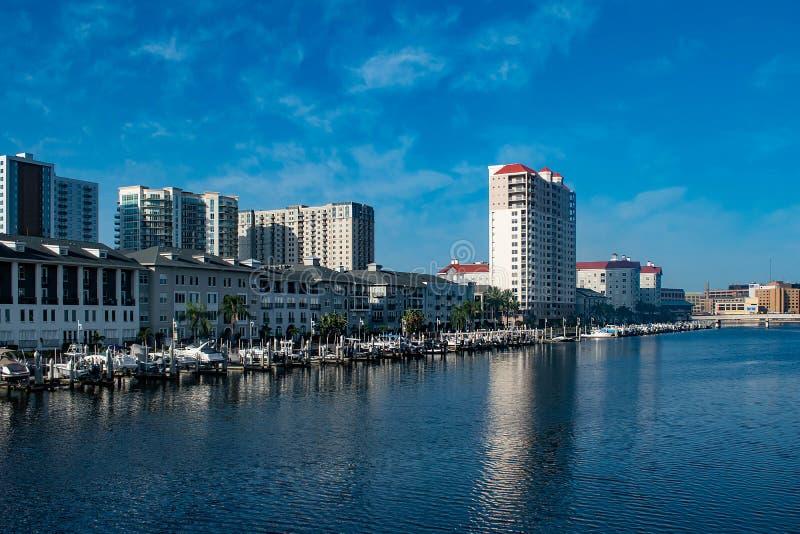 Bateaux de luxe sur le quai d'île de port sur le fond 1 de lever de soleil image libre de droits