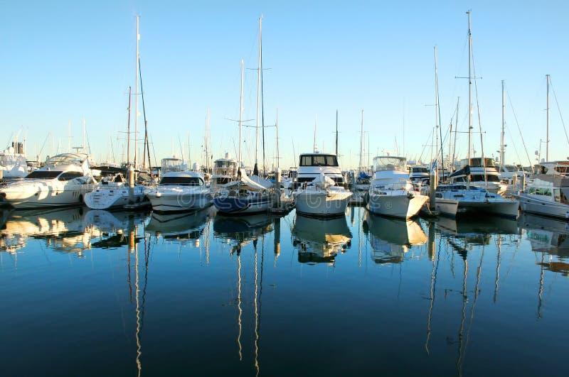 Bateaux de marina au point du jour images libres de droits