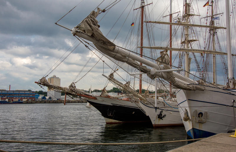 Download Bateaux De Navigation Dans La Quille De Port Image stock - Image du quille, golfe: 77152489