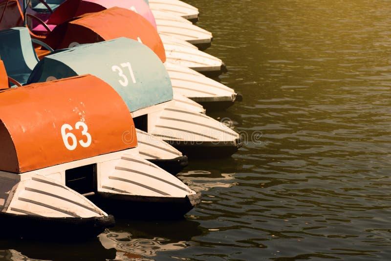 Download Bateaux De Pédale Dans Le Lac Sur Le Coucher Du Soleil Image stock - Image du vacances, coloré: 76087141