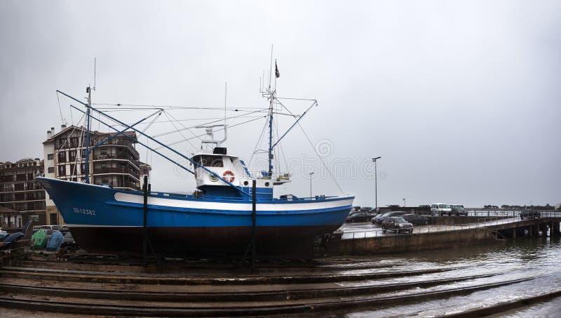 Bateaux de pêche à Hondarribia photo libre de droits