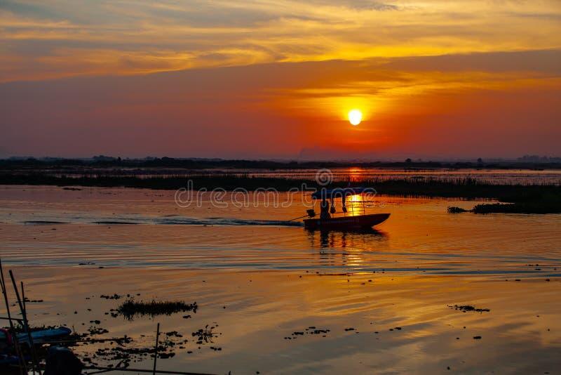 Bateaux de pêche à l'arrière-plan de coucher du soleil d'ombres photographie stock libre de droits
