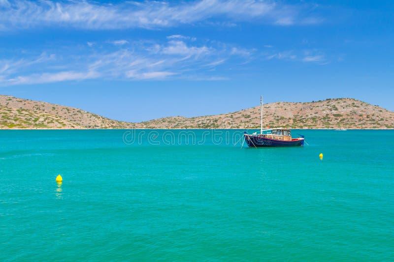 Bateaux de pêche à la côte de Crète image libre de droits