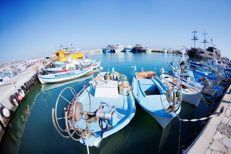 Bateaux de pêche à un port images libres de droits