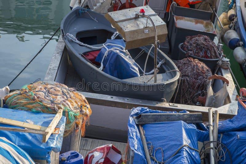 Bateaux de pêche amarrés dans le habor images libres de droits