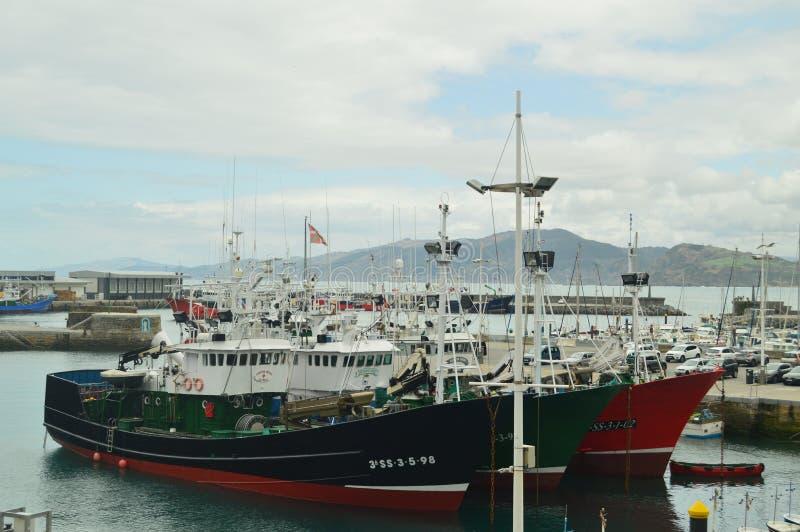 Bateaux de pêche amarrés dans le port du village enrichi de Getaria Pêche du voyage d'âge moyen photos stock