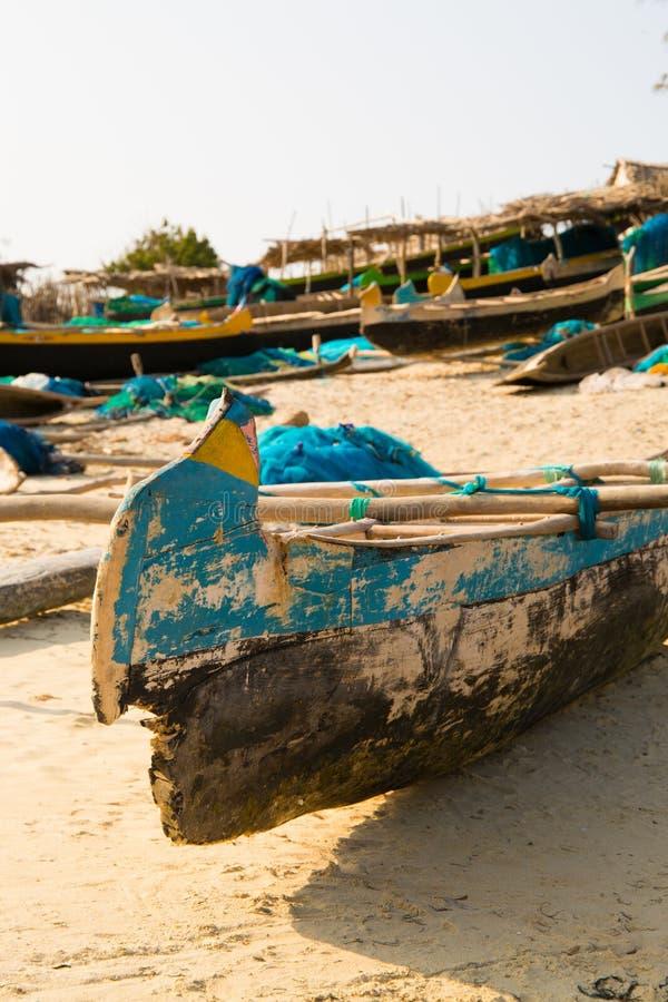 Bateaux de pêche amarrés sur la plage photographie stock