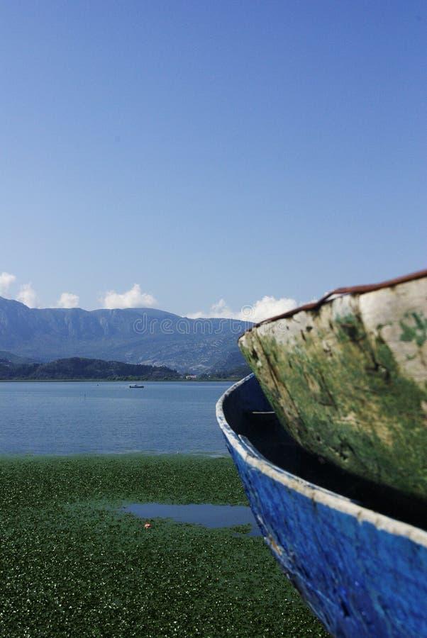 Bateaux de pêche au lac skadar au Monténégro photographie stock