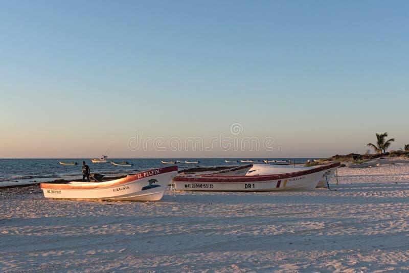 Bateaux de pêche au lever de soleil aux pescadores de playa dans tulum Mexique images libres de droits