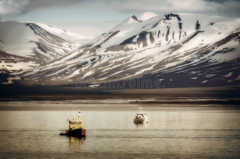 Bateaux de pêche chez le Svalbard, le Spitzberg, dans l'Arctique photos stock