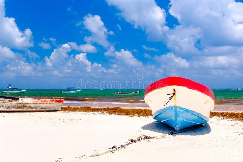 Bateaux de pêche colorés à la plage dans Tulum au Mexique images libres de droits