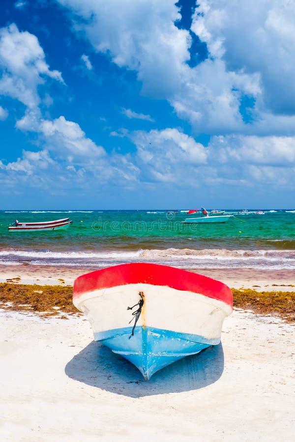 Bateaux de pêche colorés à la plage dans Tulum au Mexique image stock