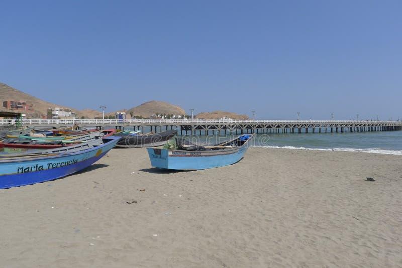 Bateaux de pêche colorés multi rustiques à Cerro Azul, Lima photo stock