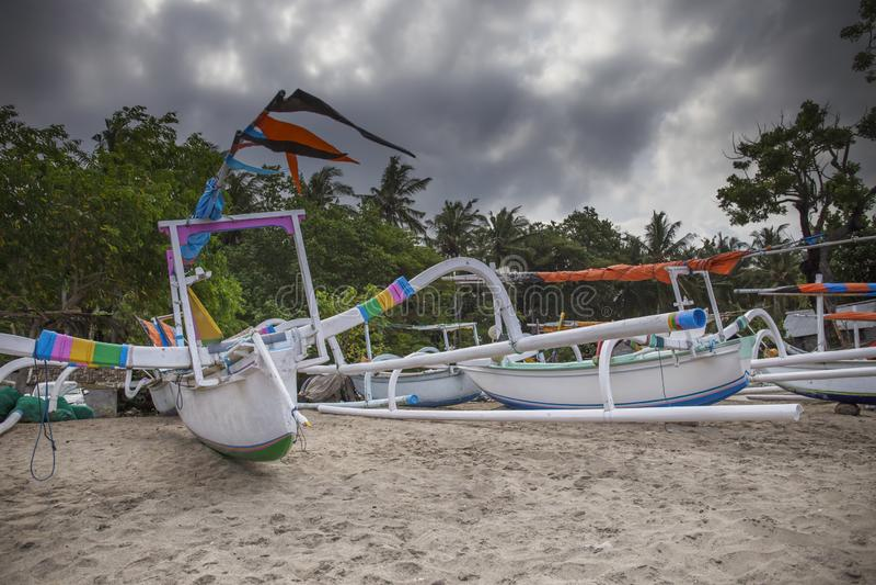 Bateaux de pêche colorés traditionnels sur la plage sur Bali, Indonésie images libres de droits