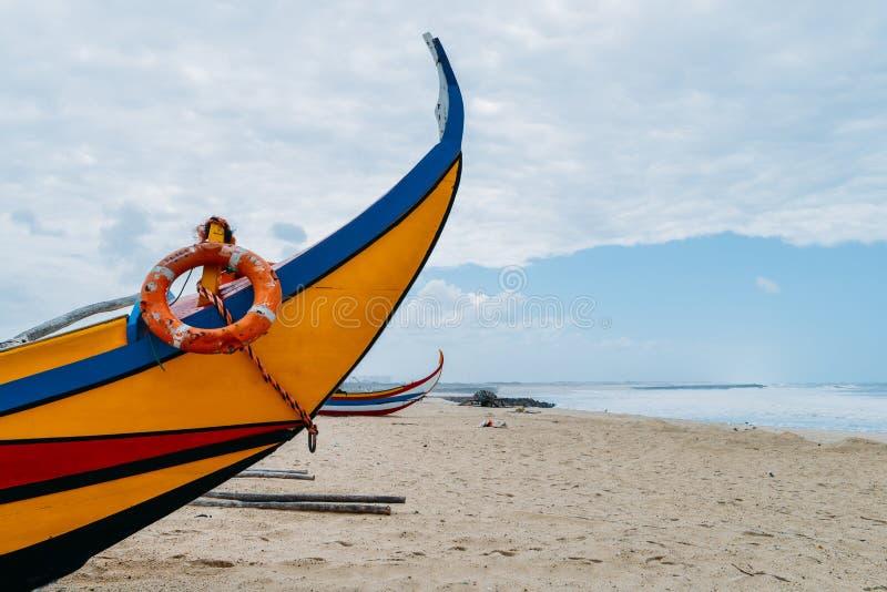 Bateaux de pêche colorés typiques de Moliceiro sur la plage dans Espinho, Portugal images libres de droits